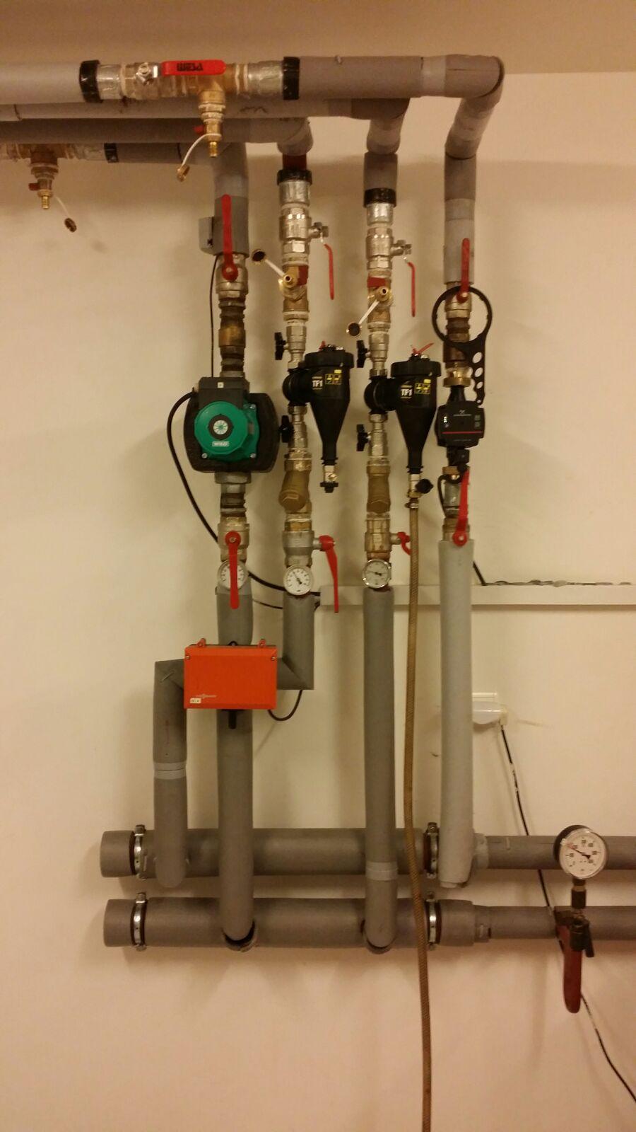 Magnetický filter obalený kovovými pilinami po 1 hodine v systéme